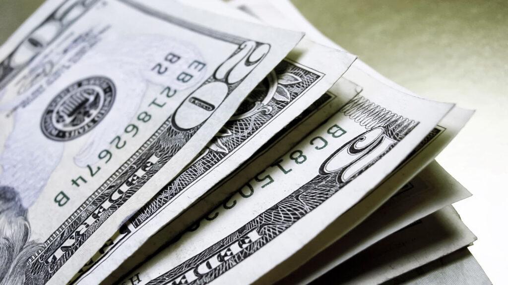 El dólar baja ante el euro y yen pero sube ante resto de divisas importantes